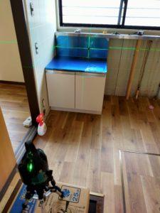 ガス台設置の際レーザー墨出し器で配管の位置を出しておく