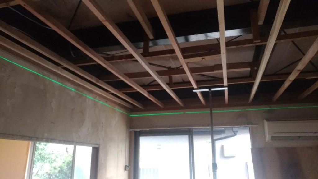 天井下地の高さをレーザー墨出し器を利用し調整します。