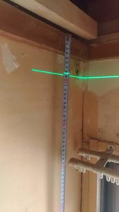 レーザーラインから廻り縁までの距離を測ります。この場合、83ミリ